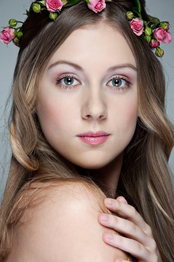 Retrato da mulher nova encantadora imagens de stock