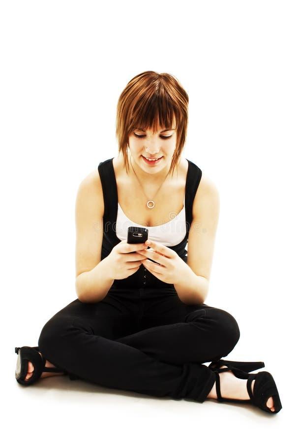 Retrato da mulher nova feliz com telefone de pilha fotografia de stock royalty free