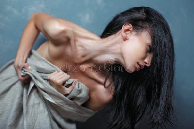 Retrato da mulher nova forçada imagem de stock royalty free