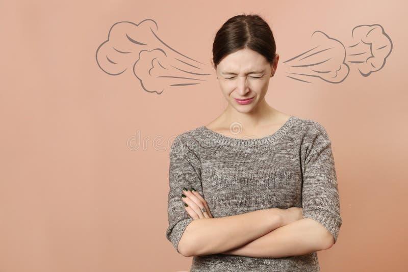Retrato da mulher nova irritada imagens de stock royalty free