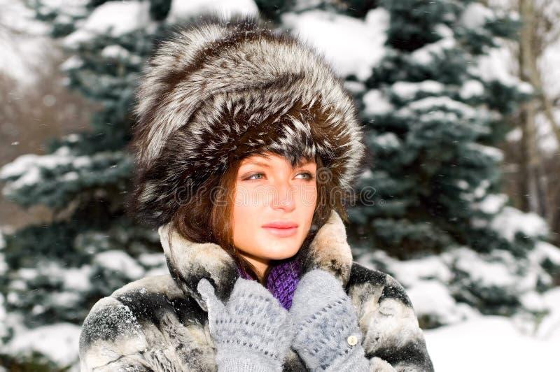 Retrato da mulher nova na floresta do inverno fotos de stock royalty free