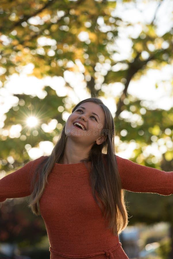 Retrato da mulher nova no parque fotografia de stock royalty free