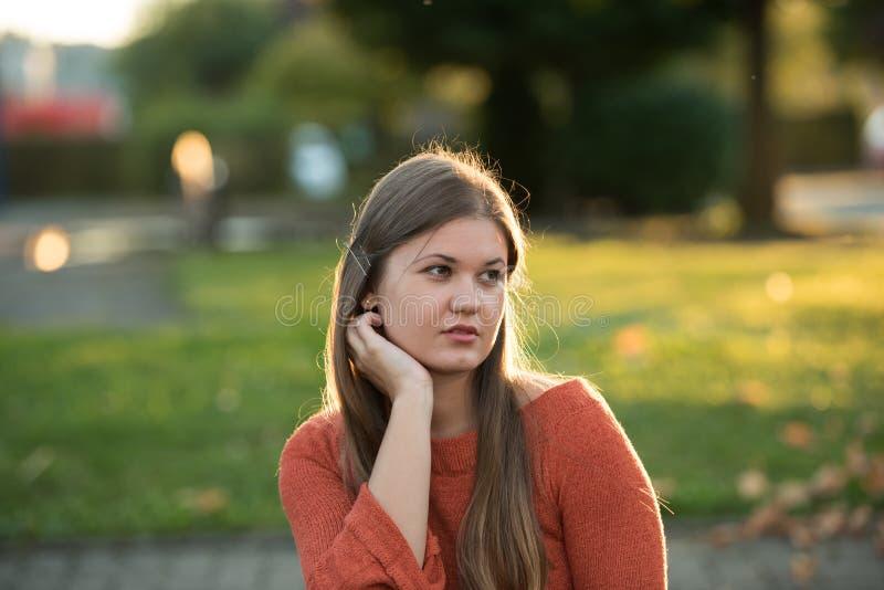 Retrato da mulher nova no parque imagem de stock