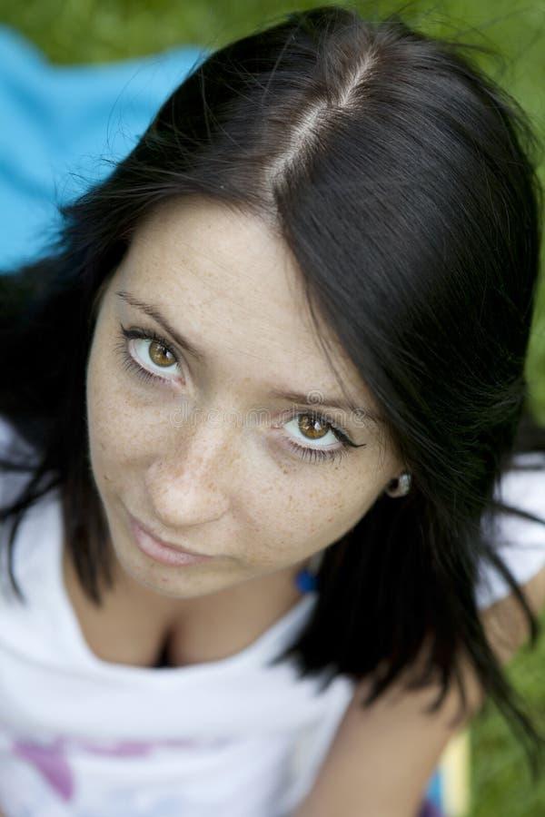 Retrato da mulher nova pensativa foto de stock royalty free