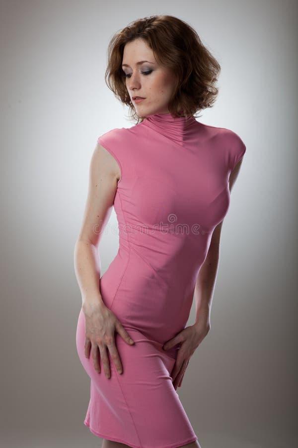 Retrato da mulher nova 'sexy' no vestido cor-de-rosa imagem de stock