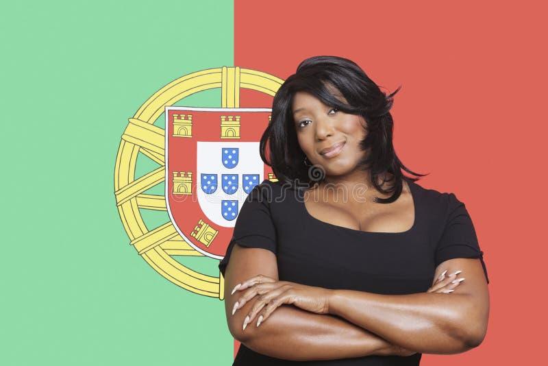 Retrato da mulher ocasional da raça misturada contra a bandeira portuguesa imagens de stock royalty free