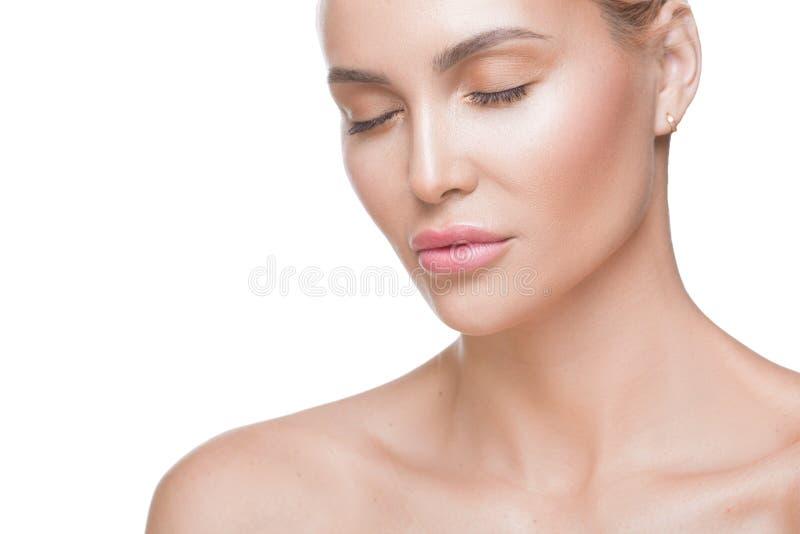 Retrato da mulher Opinião ascendente próxima uma mulher com olhos fechados Pele saudável limpa macia Beleza natural Conceito do c fotografia de stock royalty free