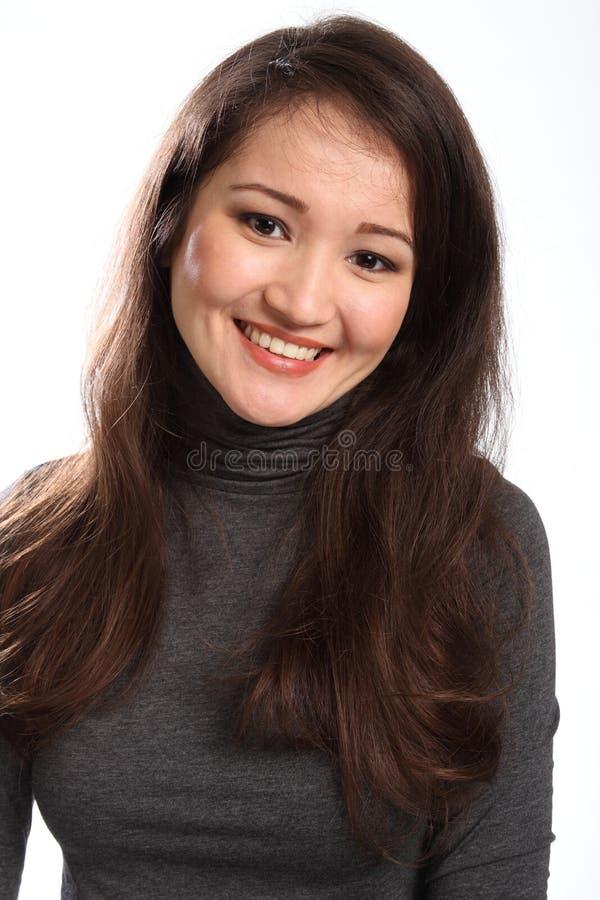 Retrato da mulher oriental nova bonita feliz fotografia de stock royalty free