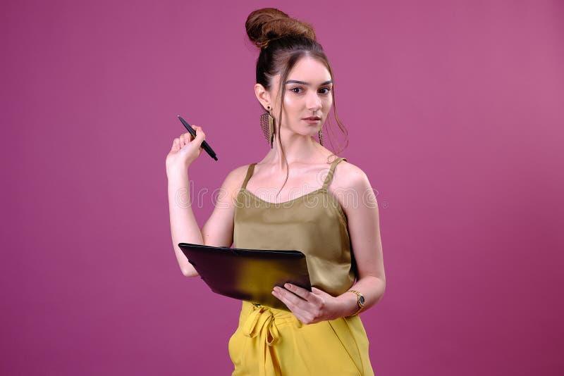 Retrato da mulher ou do estudante de negócio com o dobrador da pena e do papel Escrita bonita nova do trabalhador algo em seus pa fotos de stock