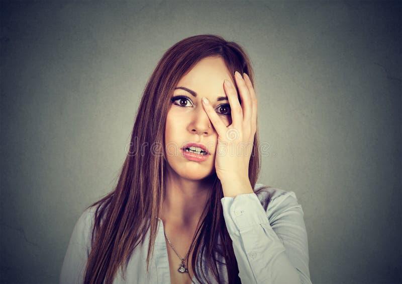 Retrato da mulher preocupada nova desesperada imagem de stock