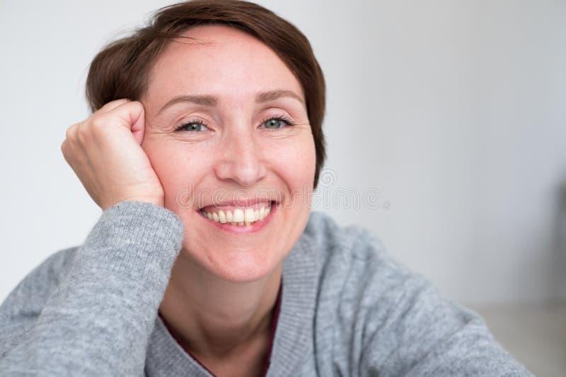 Retrato da mulher presumido no estilo da roupa ocasional imagens de stock
