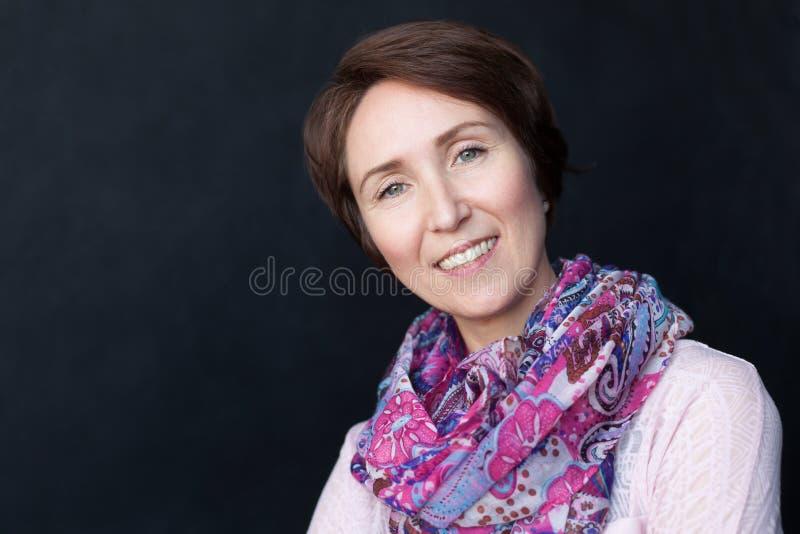 Retrato da mulher presumido no estilo da roupa ocasional foto de stock royalty free