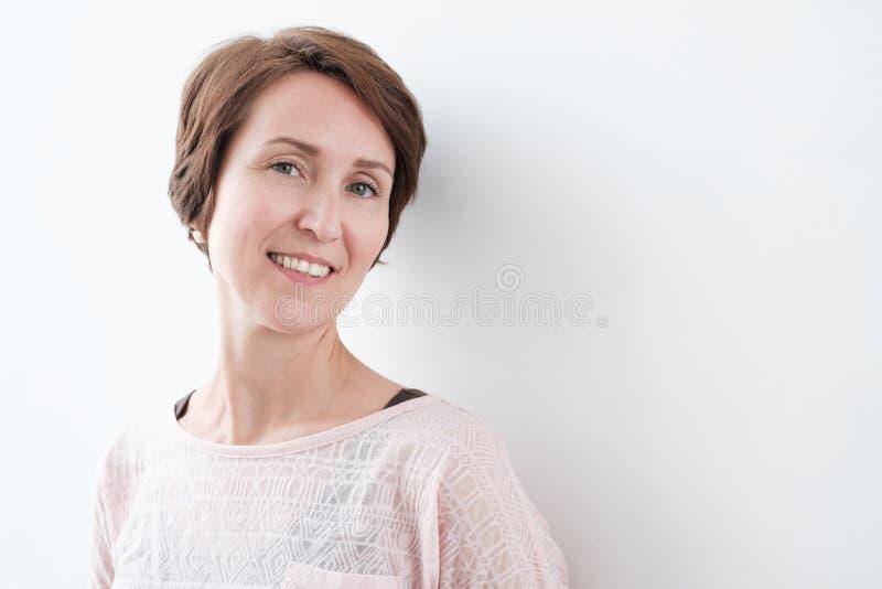Retrato da mulher presumido no estilo da roupa ocasional fotografia de stock royalty free