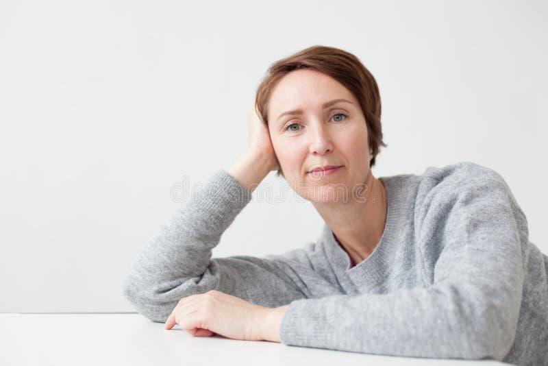 Retrato da mulher presumido no estilo da roupa ocasional Sorri amplamente fotos de stock
