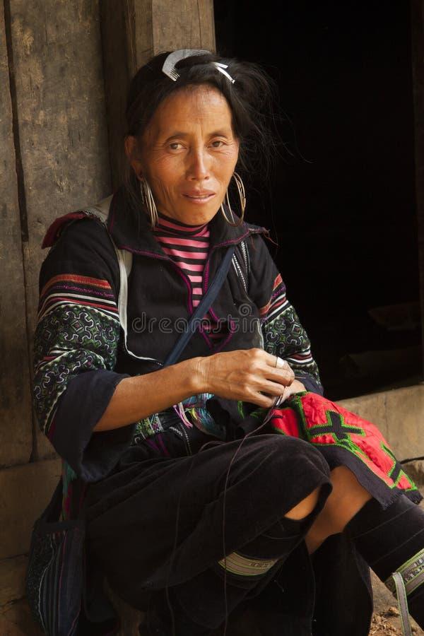 Retrato da mulher preta de Hmong em Sapa, Vietname imagem de stock