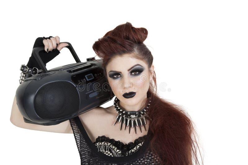 Retrato da mulher punk que guardara a caixa de crescimento no ombro sobre o fundo branco fotos de stock