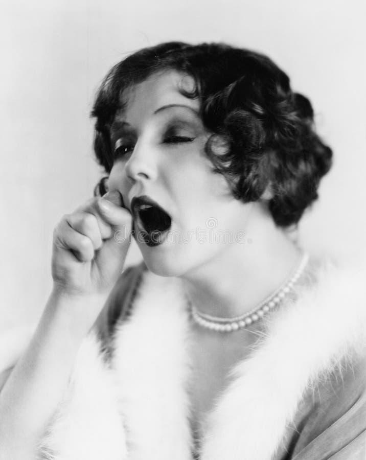 Retrato da mulher que boceja (todas as pessoas descritas não são umas vivas mais longo e nenhuma propriedade existe Garantias do  fotos de stock