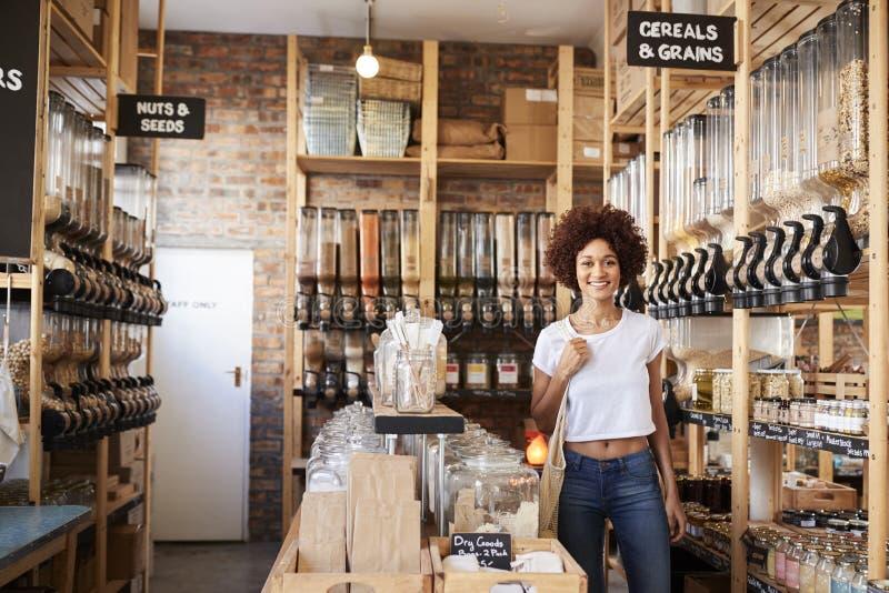 Retrato da mulher que compra bens secos na mercearia livre plástica sustentável imagens de stock royalty free