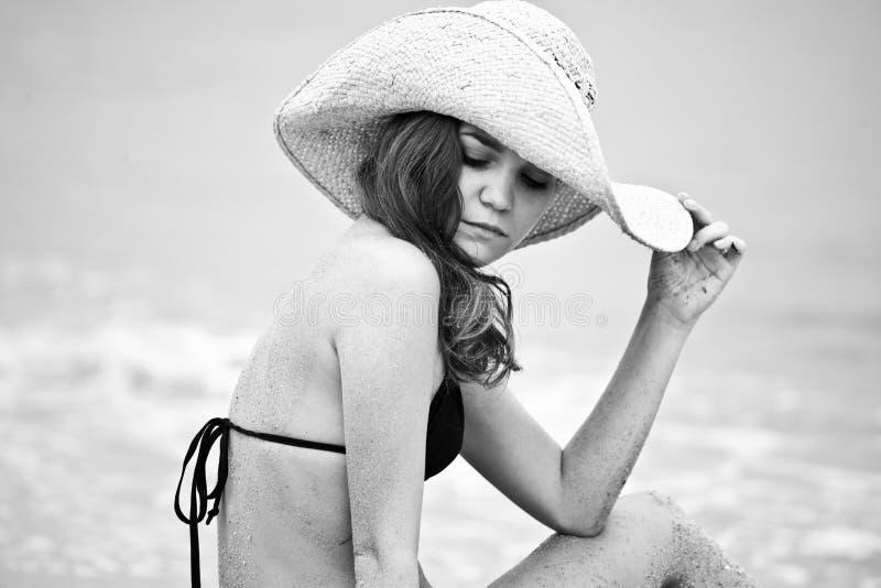 Retrato da mulher que encontra-se na praia da areia fotografia de stock royalty free