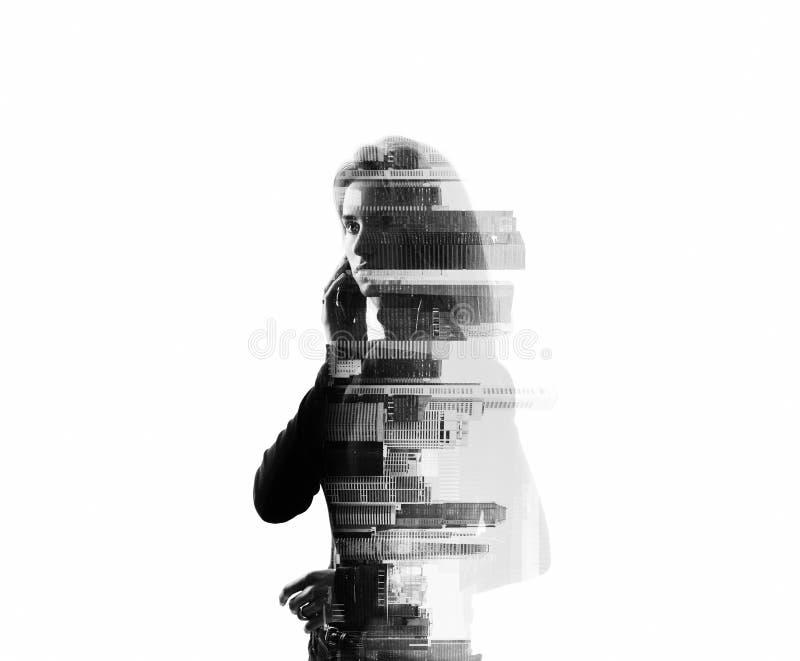Retrato da mulher que guarda seu smartphone no mãos Exposição horizontal, isolada, dobro, bw foto de stock