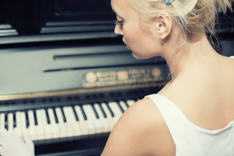 Retrato da mulher que joga no piano retro do estilo fotografia de stock royalty free