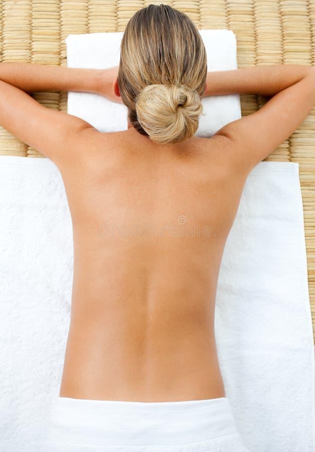 Download Retrato Da Mulher Que Relaxa Foto de Stock - Imagem de recurso, povos: 12813906