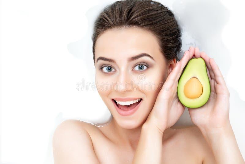 Retrato da mulher que toma termas Conceito dos cuidados médicos da beleza da pele fotos de stock royalty free