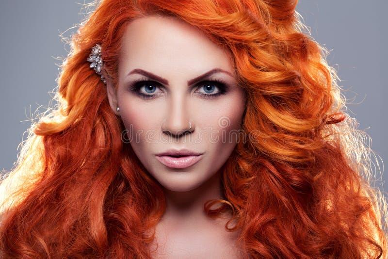 Retrato da mulher ruivo bonita fotografia de stock royalty free