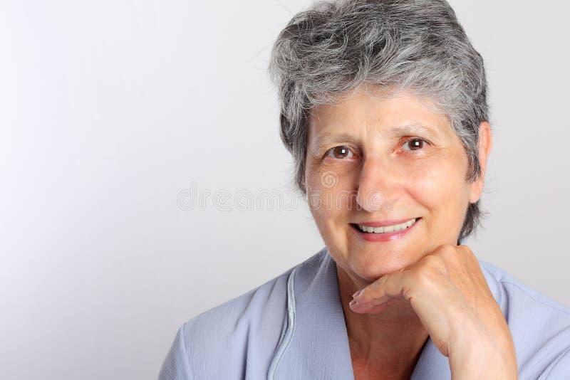Retrato da mulher sênior de sorriso imagem de stock