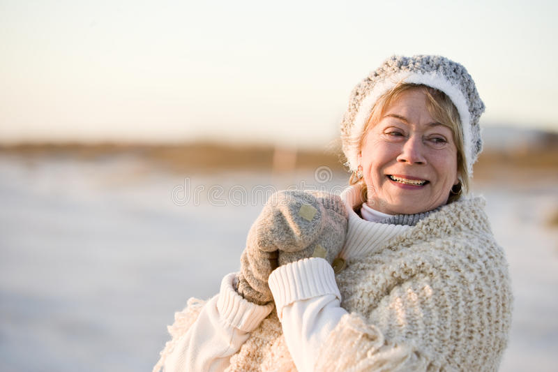 Retrato da mulher sênior na roupa morna do inverno imagem de stock royalty free