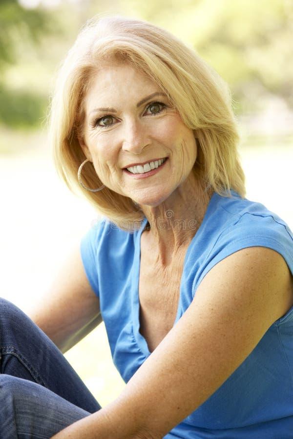 Retrato da mulher sênior no parque foto de stock royalty free