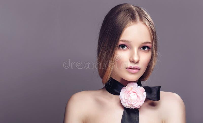 Retrato da mulher saudável bonita nova com a rosa extravagante o do rosa imagens de stock