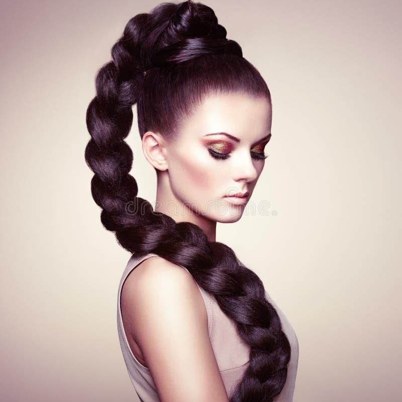 Retrato da mulher sensual bonita com penteado elegante foto de stock royalty free