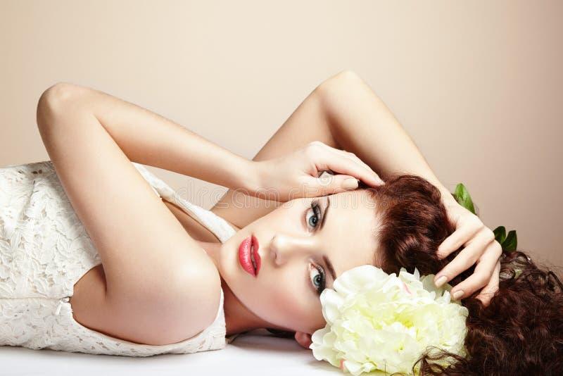 Retrato da mulher sensual bonita com penteado elegante.  Por fotografia de stock royalty free