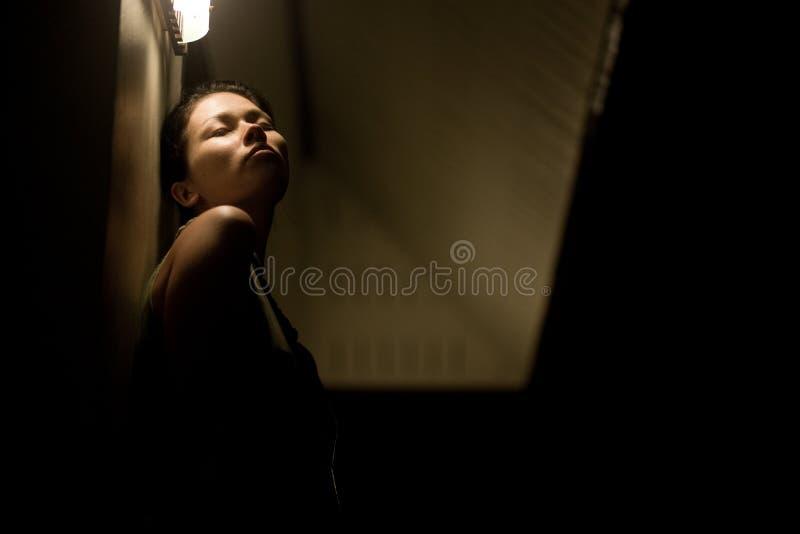 Retrato da mulher sensual na noite fotografia de stock