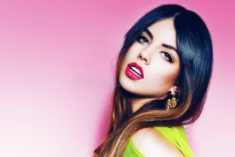 Retrato da mulher 'sexy' com bordos cor-de-rosa fotos de stock royalty free