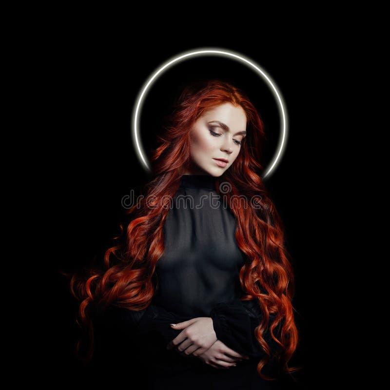 Retrato da mulher 'sexy' do ruivo com halo longo nimbus do cabelo sobre sua cabeça no fundo preto Menina perfeita com nimb, olhos imagens de stock