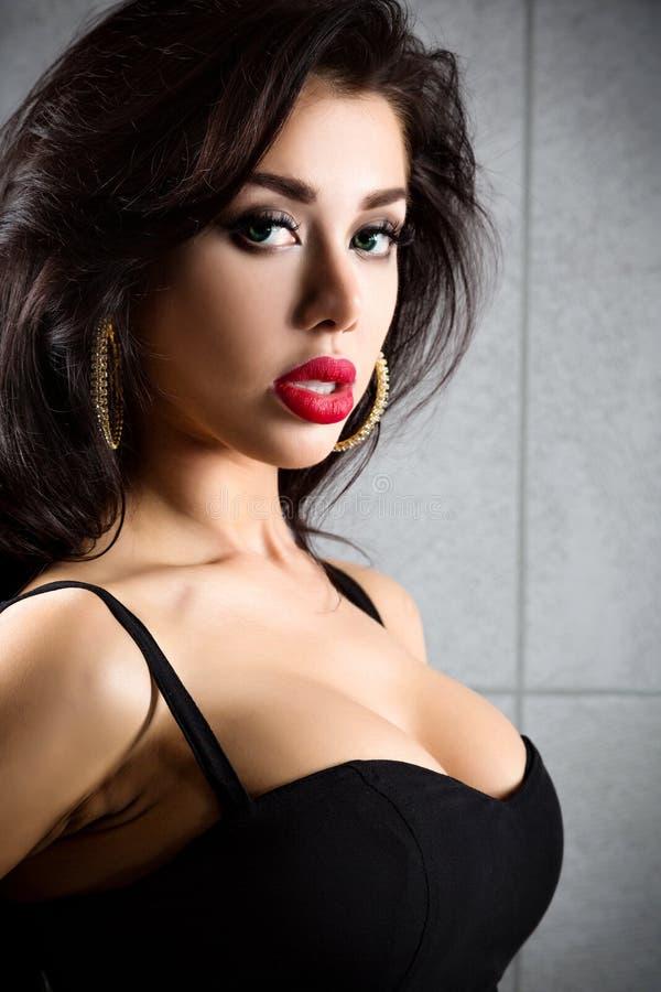 Retrato da mulher 'sexy' em um fundo metálico escuro imagem de stock