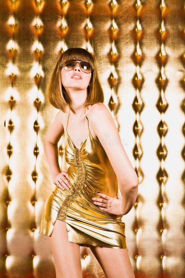 Retrato da mulher 'sexy' no vestido e em vidros curtos foto de stock royalty free