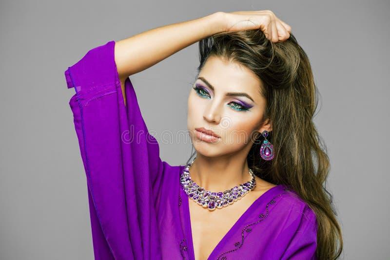 Retrato da mulher 'sexy' nova no árabe roxo da túnica fotografia de stock royalty free