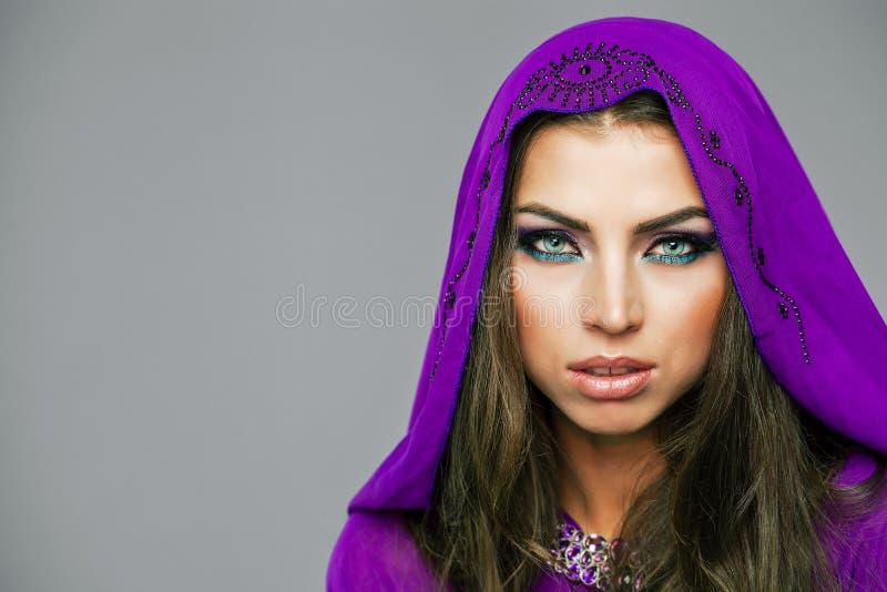 Retrato da mulher 'sexy' nova no árabe roxo da túnica fotos de stock royalty free
