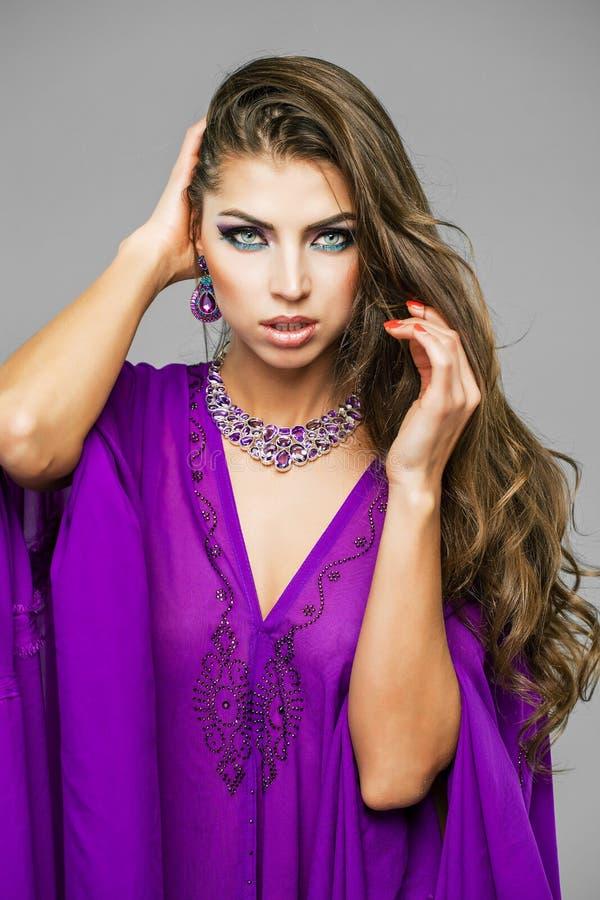 Retrato da mulher 'sexy' nova no árabe roxo da túnica fotografia de stock