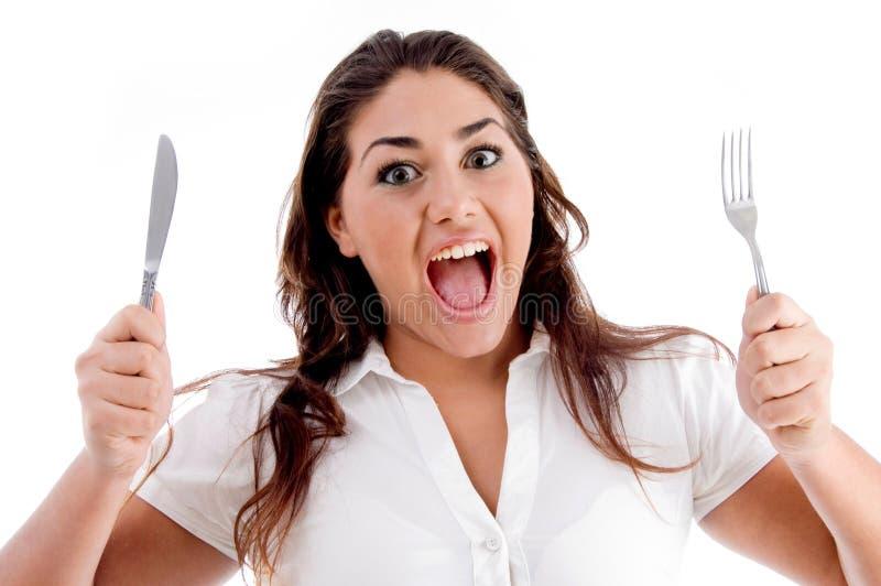Retrato da mulher shouting com forquilha e faca imagens de stock