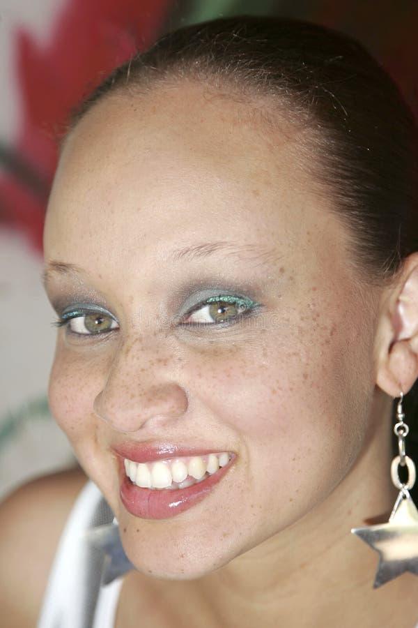 Retrato da mulher sob a passagem superior foto de stock