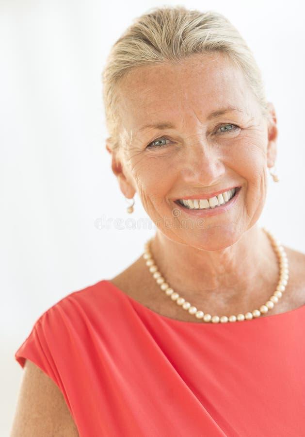 Retrato da mulher superior imagem de stock
