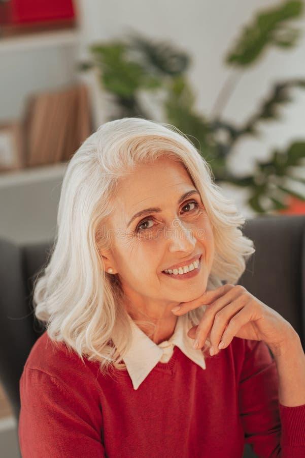 Retrato da mulher superior adorável fotos de stock royalty free