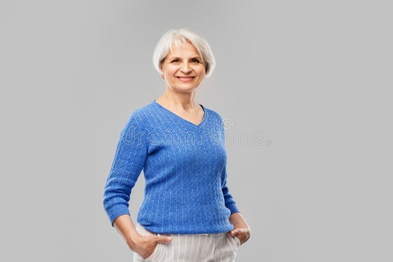 Retrato da mulher superior de sorriso na camiseta azul imagem de stock royalty free