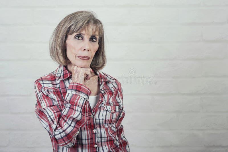 Retrato da mulher superior pensativa foto de stock