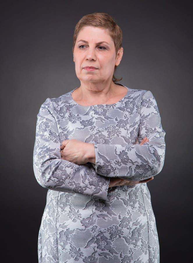 Retrato da mulher superior pensativa imagem de stock
