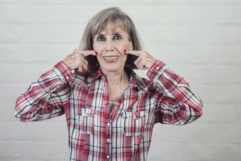 Retrato da mulher superior que faz o sorriso imagens de stock